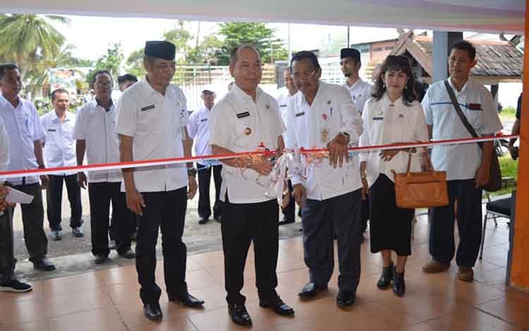 Bupati Kapuas Ben Brahim S Bahat saat membuka kegiatan pasar penyeimbang di Jalan Maluku kawasan Stadion Panunjung Tarung pada Rabu, 29 Mei 2019.