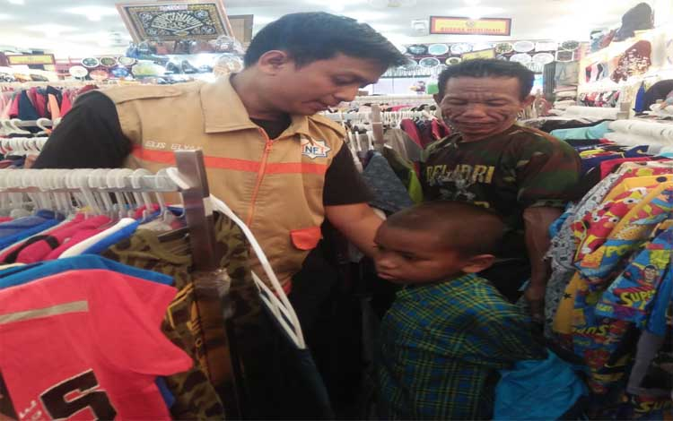 Amil Nurul Fikri mendampingi anak yatim membeli baju lebaran