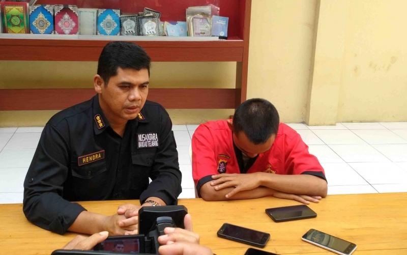 Kabid Humas Polda Kalteng, Kombes Hendra Rochmawan (kiri) menunjukkan tersangka HR.