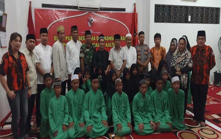 Ketua MPW Pemuda Pancasila Kalimantan Tengah, Rahmad G Lentam bersama para pejabat foto bersama dengan anak panti asuhan
