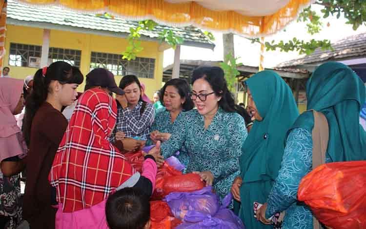 Suasana saat warga mengunjungi pasar murah di Desa Pulau Telo, Kecamatan Selat, Jumat, 31 Mei 2019