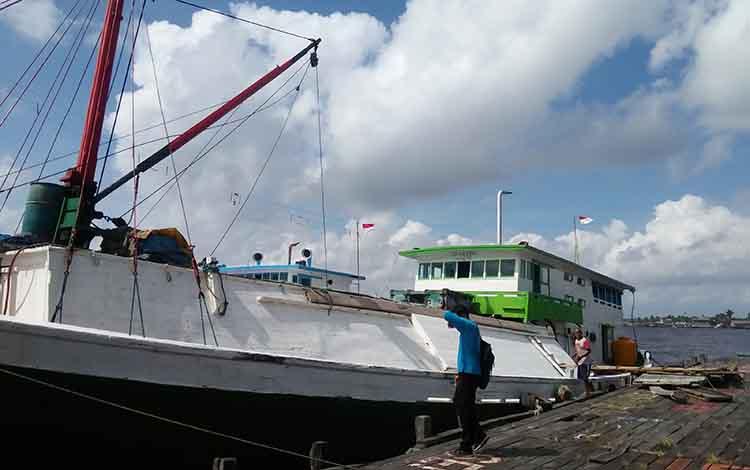 Kapal pengakut barang masih bersandar di Kuala Pembuang. Perkiraan gelombang di Laut Jawa mencapai 2 meter