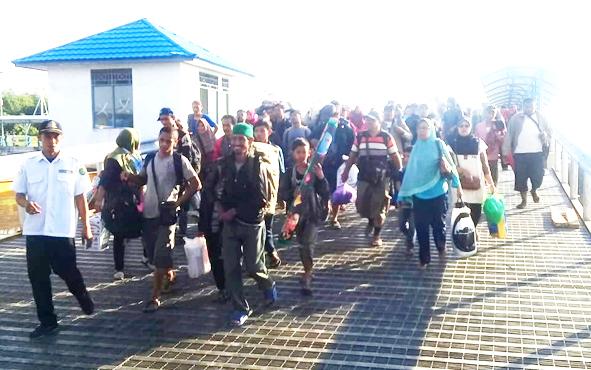 Penumpang KMP Drajat Paciran saat menaiki kapal di Pelabuhan Bahaur, Pulang Pisau, beberapa waktu lalu.