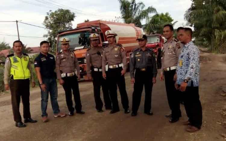 Dinas Perhubungan Kabupaten Kotawaringin Timur dan pihak kepolisian saat mengecek kondisi jalan.