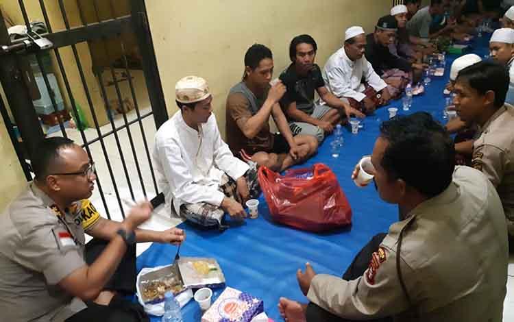 Kapolres Kapuas AKBP Tejo Yuantoro bersama para tahanan saat berbuka puasa bersama di ruang tahanan Mapolres setempat pada Jumat, 31 Mei 2019