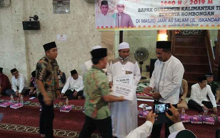 Gubernur Kalteng Sugianto Sabran menyerahkan bantuan untuk masjid dan pondok