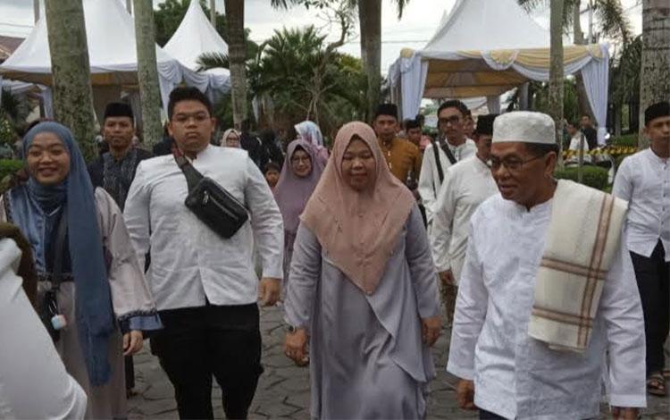 Bupati Kobar Nurhidayah dan suaminya H.M Ruslan AS dan keluarga saat mengikuti kegiatan buka puasa