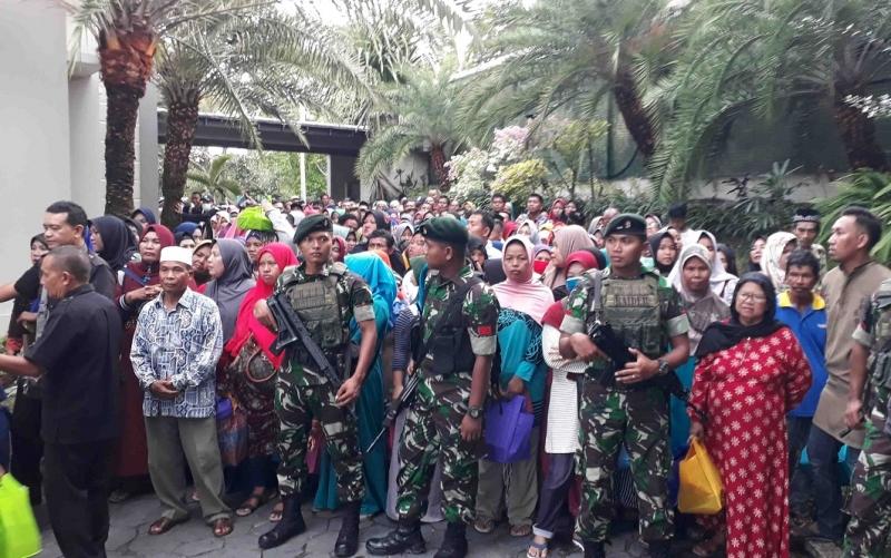 Personel gabungan menahan antrean warga yang ingin masuk kediaman H Abdul Rasyid AS.