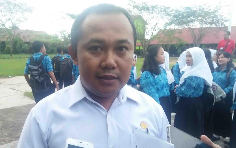 Kepala SMPN 1 Kuala Pembuang, Yoyok Mujiyanto.