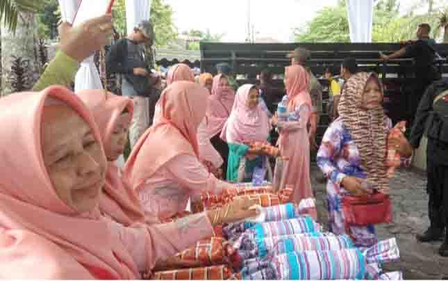 Pembagian suvenir untuk masyarakat yang menghadiri buka puasa bersama di kediaman H Abdul Rasyid AS.