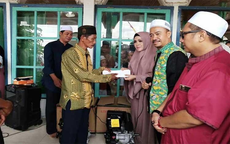 Wakil Bupati Seruyan, Iswanti menyerahkan bantuan mesin ces kepada kelompok nelayan Usaha Bersama Desa Asam Baru, Jumat 30 Mei 2019