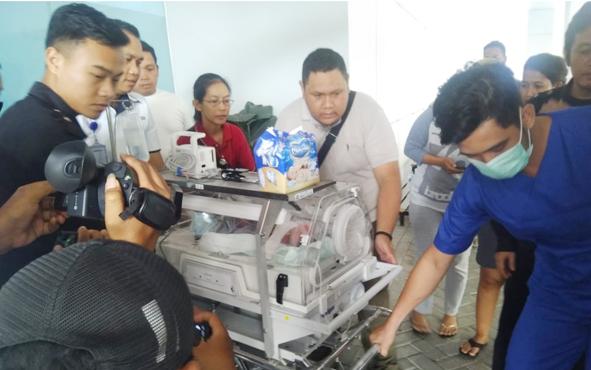 Bayi yang ditemukan di semak mendapat perawaran dari petugas kesehatan RSUD dr Doris Sylvanus, Kota Palangka Raya, Minggu, 2 Juni 2019.