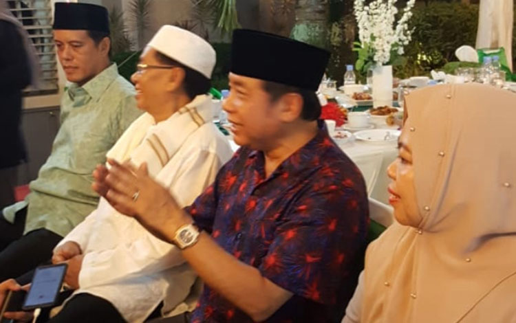 H Abdul Rasyid AS (tengah) saat berbincang dengan wartawan usai acar buka puasa bersama