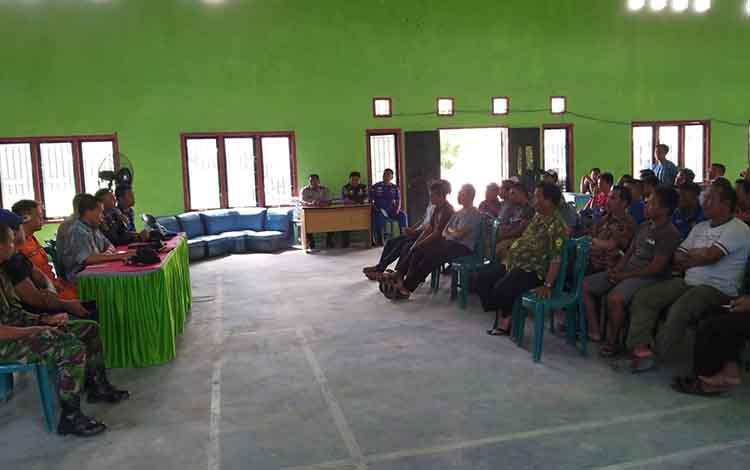 Dishub memberikan sosialisasi kepada para pemilik kapal di Aula Kantor Desa Kubu.