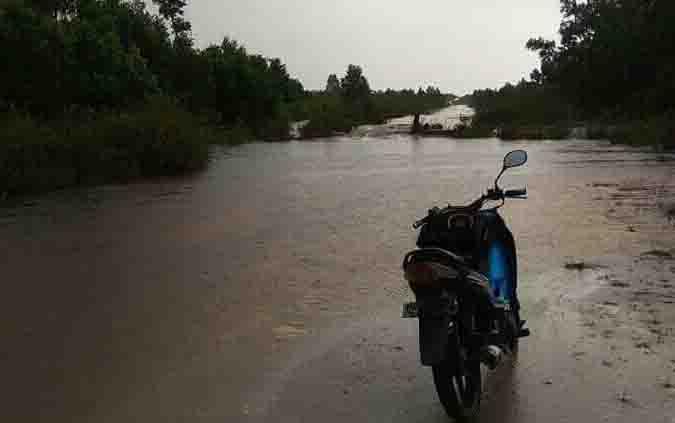 Banjir di jalur Kuala Pembuang - Simpang Bangkal, Senin, 3 Juni 2019.