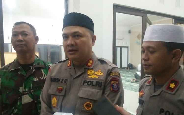 Kapolres Seruyan AKBP Ramon Z Ginting (tengah)