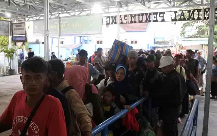 Sejumlah pemudik saat antri untuk melakukan check-in di terminal Pelabuhan Sampit, beberapa waktu lalu.