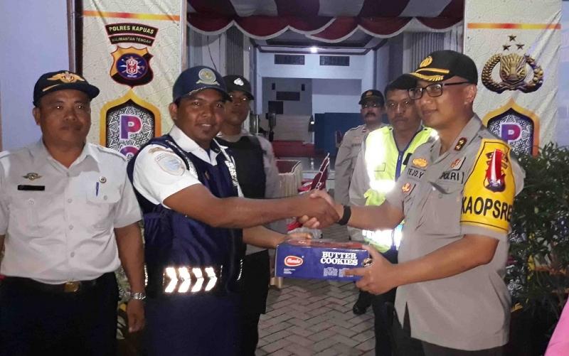 Kapolres Kapuas menyerahkan bingkisan untuk personel di pos pengamanan lebaran.
