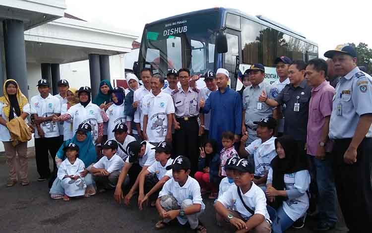 Bupati Seruyan Yulhaidir bersama pemudik tujuan Sampit - Semarang sebelum di lepas dari rumah jabatan bupati, beberapa waktu lalu.