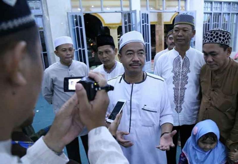 Bupati Seruyan Yulhaidir memberikan keterangan kepada wartawan seusai buka puasa bersama di  Masjid Agung Nurul Yakin, Kuala Pembuang, Senin, 3 Juni 2019.