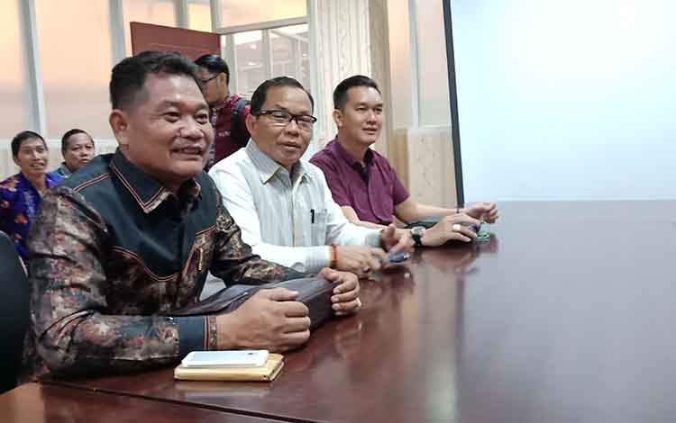 Anggota Komisi III DPRD Kotawaringin Timur, Sarjono (tengah) bersama anggota dewan lainnya.