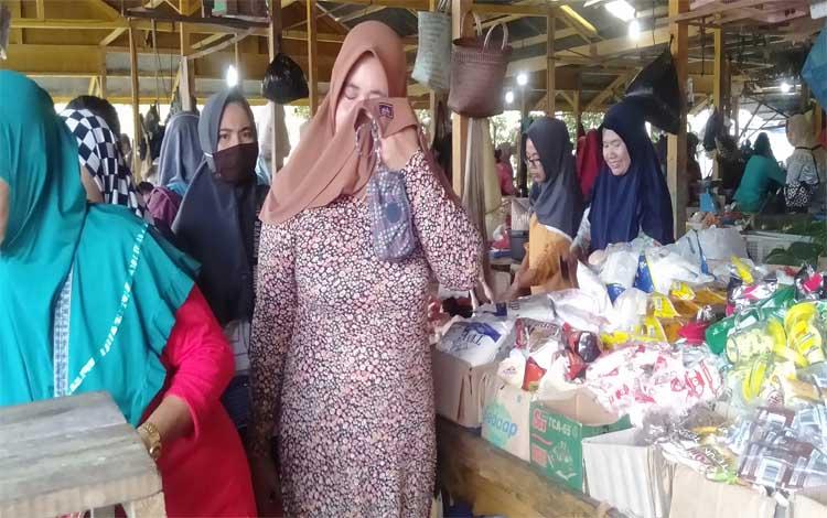 Masyarakat saat belanja di Pasar Saik Sukamara