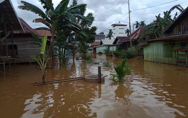 Luapan air Sungai Katingan mulai membanjiri permukiman warga Desa Samba Bakumpai Katingan Tengah, Selasa, 4 Juni 2019.