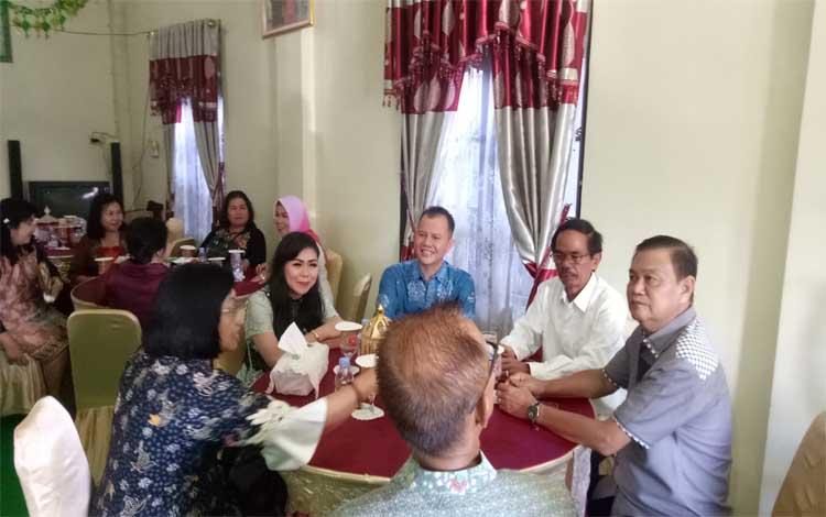 Ketua DPRD Gunung Mas, Gumer menerima rombongan bupati