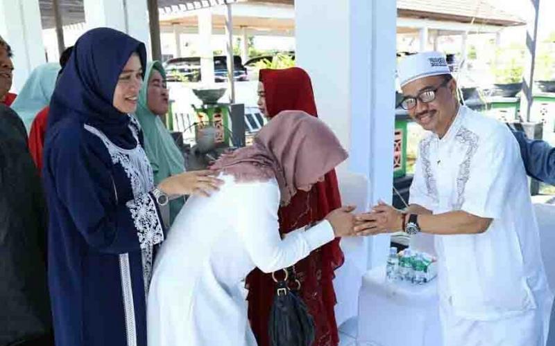 Bupati Seruyan, Yulhaidir menyalami warga yang berkunjung ke rumah jabatan.
