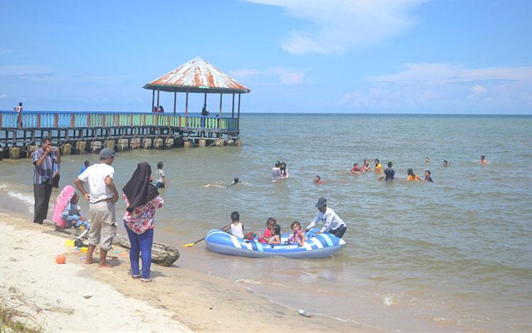Warga saat berkunjung ke Wisata Pantai Anugrah, Desa Sungai Tabuk,  Pantai Kunci, Kabupaten Sukamara