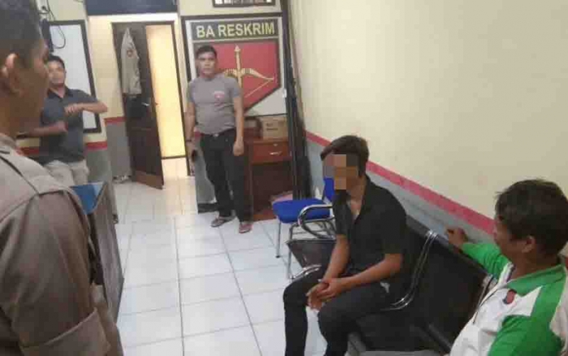 Tersngka pelaku pencurian kendaraan bermotor,  (kaos hitam) saat diinterogasi polisi.
