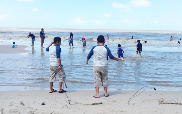 Masyarakat Sukamara saat berlibur di Pantai Anugrah yang berlokasi di Desa Sungai Tabuk, Kecamatan Pantai Lunci, Kamis, 6 Juni 2019.