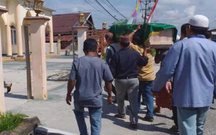 Jenazah bocah tenggelam dibawa ke lokasi pemakaman