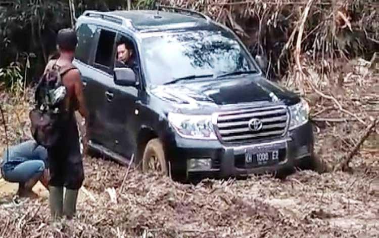 Bupati Barito Utara, Nadalsyah bersama rombongan meninjau pembangunan jalan litas Lemo - Batapah