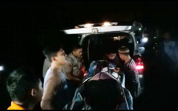 Jenazah Ali Imron dibawa petugas kepolisian ke RSUD Imanuddin, Pangkalan Bun, Sabtu, 8 Juni 2019 malam.