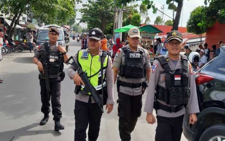Petugas kepolisian saat melakukan pengamanan lebaran Idul Fitri di Kota Sampit