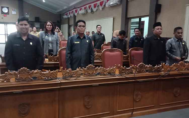 Anggota DPRD Kotawaringim Timur hadir dalam rapat paripurna.