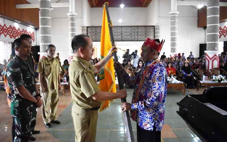 Bupati Kapuas Ben Brahim S Bahat melepas Kontingen FBIM secara simbolis kepada Ketua Kontingen Syahfuani, Senin, 10 Juni 2019