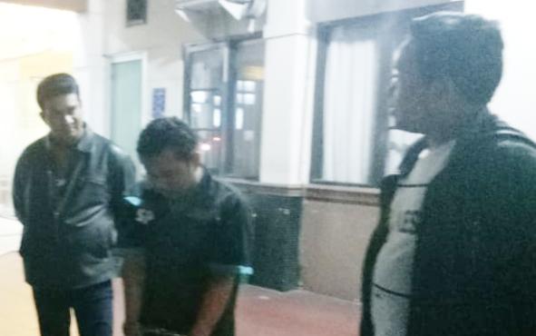 Anggota Polres Palangka Raya mengintrogasi tersangka pelaku pencurian di mes mahasiswa berinisial N (tengah), Senin 10 Juni 2019.