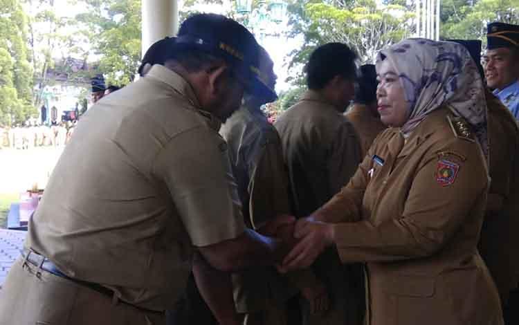 Bupati Kotawaringin Barat, Nurhidayah menyalami para ASN