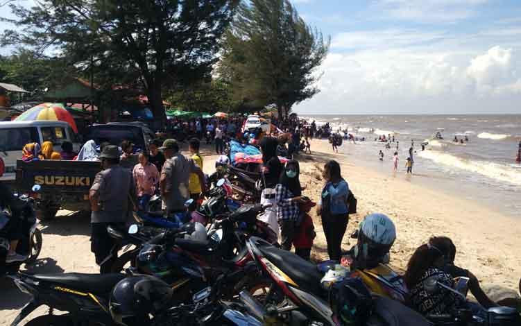 Sejumlah wisatawan Pantai Ujung Pandaran saat berkunjung saat libur lebaran.