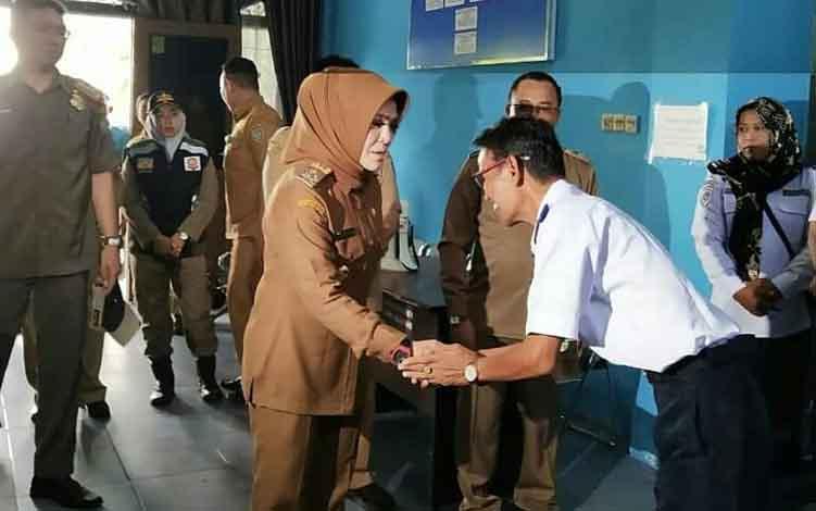 Wakil Bupati Seruyan Hj Iswanti ketika melakukan inspeksi mendadak atau Sidak ke Kantor Dinas Perhubungan Seruyan, Senin 10 Juni 2019.