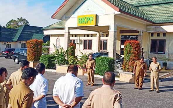 Bupati Sakariyas saat sidak di kantor BKPP Katingan, Senin, 10 Juni 2019 pagi.