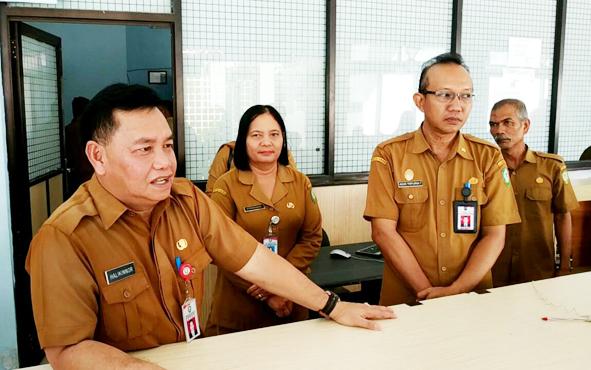 Sekretaris Daerah Kotim Halikinnor saat sidak di Dinas Kependudukan dan Pencatatan Sipil pada hari pertama masuk kerja seusai libur Lebaran, Senin, 10 Juni 2019.