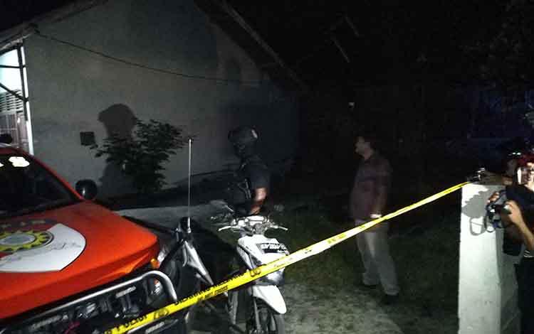 Garis polisi di sebuah barak yang diduga dihuni terduga teroris.