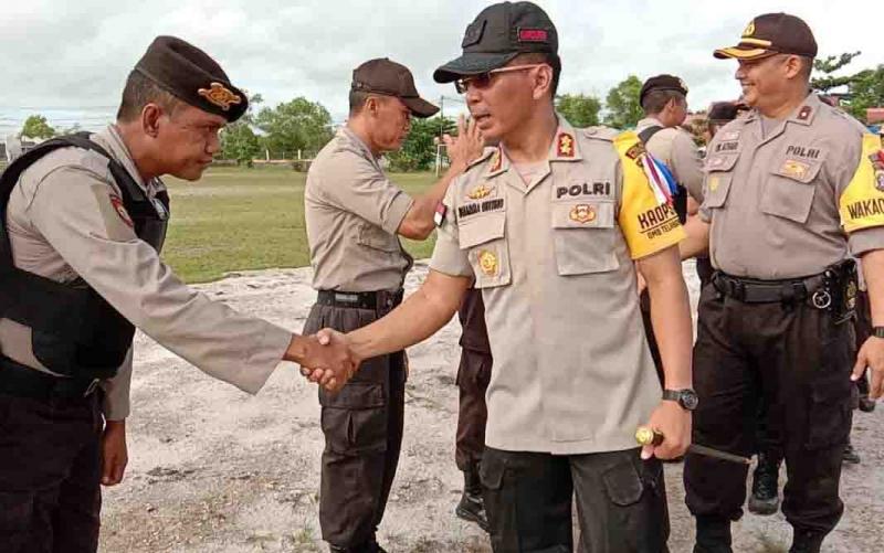 Kapolres Katingan, AKBP Dharma B Ginting menyalami anggotanya saat halal bihalal, Senin, 10 Juni 2019.
