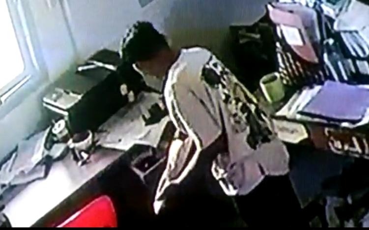 Maling yang Ttrekam CCTV mencuri uang Rp 2,5 juta milik Pondok Pesantren Darul Marifah