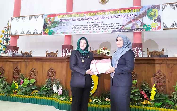 Wakil Wali Kota Palangka Raya Umi Mastikah menyerahkan dokumen Pertanggungjawaban APBD 2018 kepada Wakil Ketua I DPRD, Ida Ayu Nia Anggraini, Selasa, 11 Juni 2019.