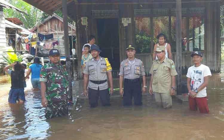Camat Tualan Hulu Rusmanto bersama Ps Kapolsek Parenggean Iptu Supriono, dan petugas lainnya, saat memantau banjir, Selasa, 11 Juni 2019.