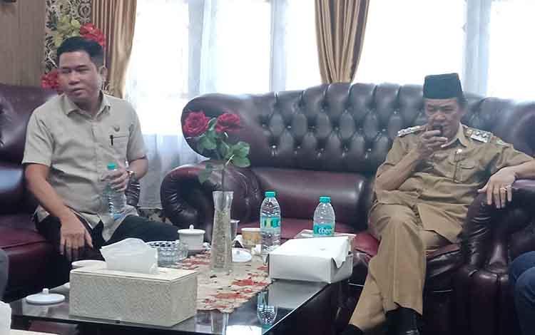 Wakil Bupat Kotim M Taufiq Mukri saat berbincang dengan Ketua DPRD M Jhon Krisli, Selasa, 11 Juni 2019.